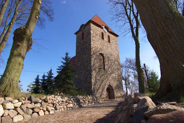 Kościół w Dolsku - widok od strony bramy.