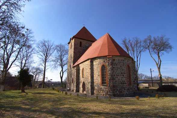 Kościół w Dolsku - widok na absydę.