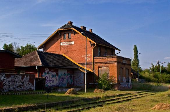 Różańsko. Zdewastowany dworzec kolejowy.