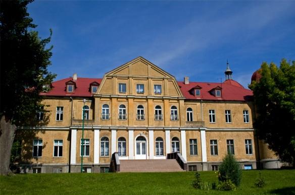Smolnica. XIX-wieczny pałac w stylu neoklasycystycznym.