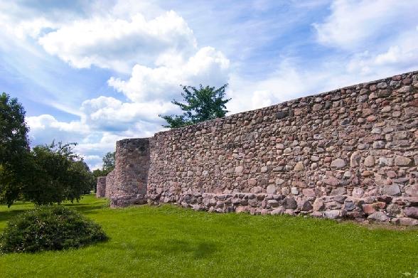 Mury miejskie z XIV wieku.